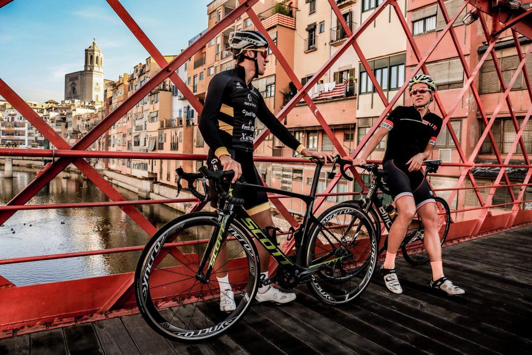 Cyclistes sur le pont Eiffel du Girona