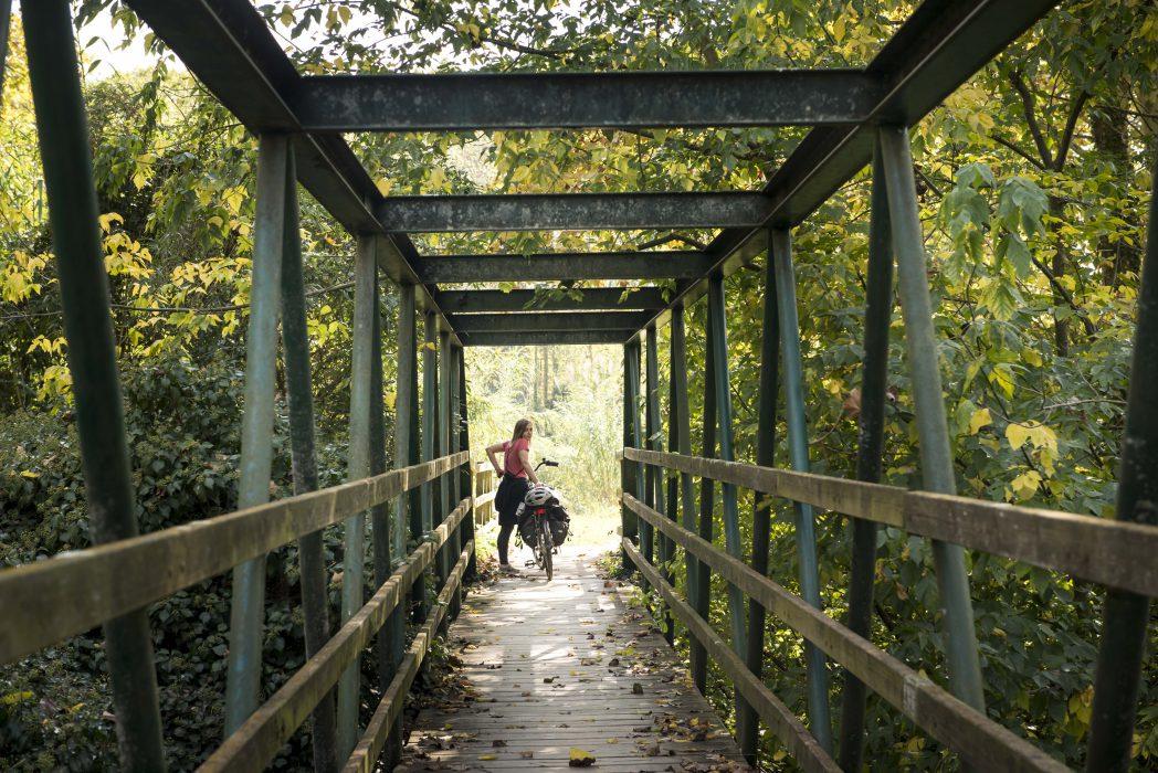 Ciclista a un pont de l'etapa del Carrilet I