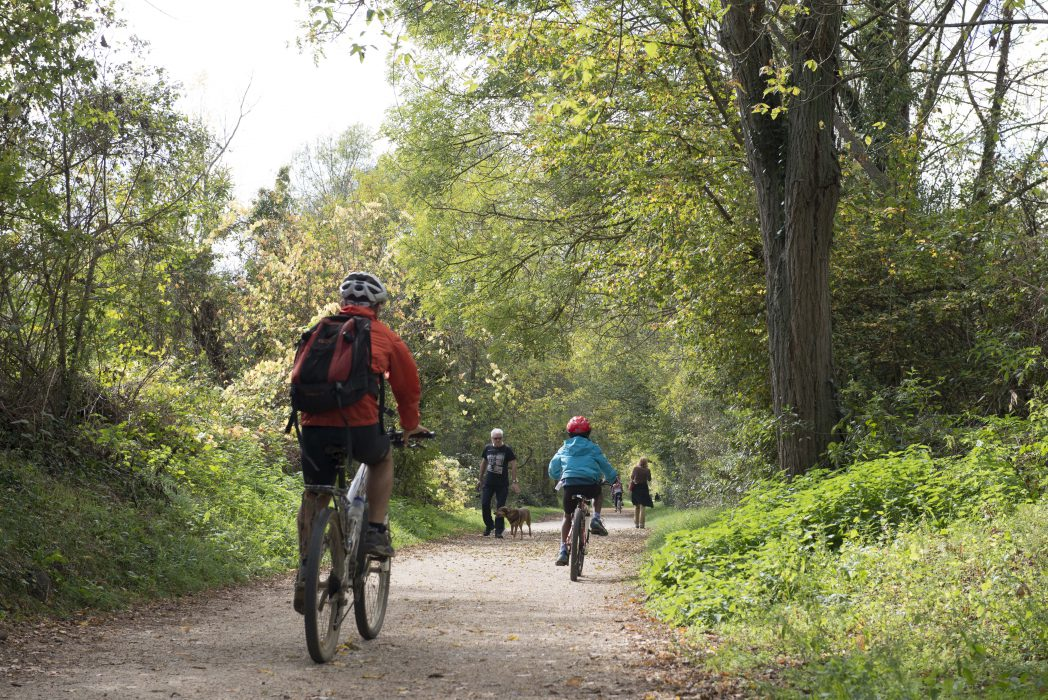 Familia en bicicleta a l'etapa del Carrilet I