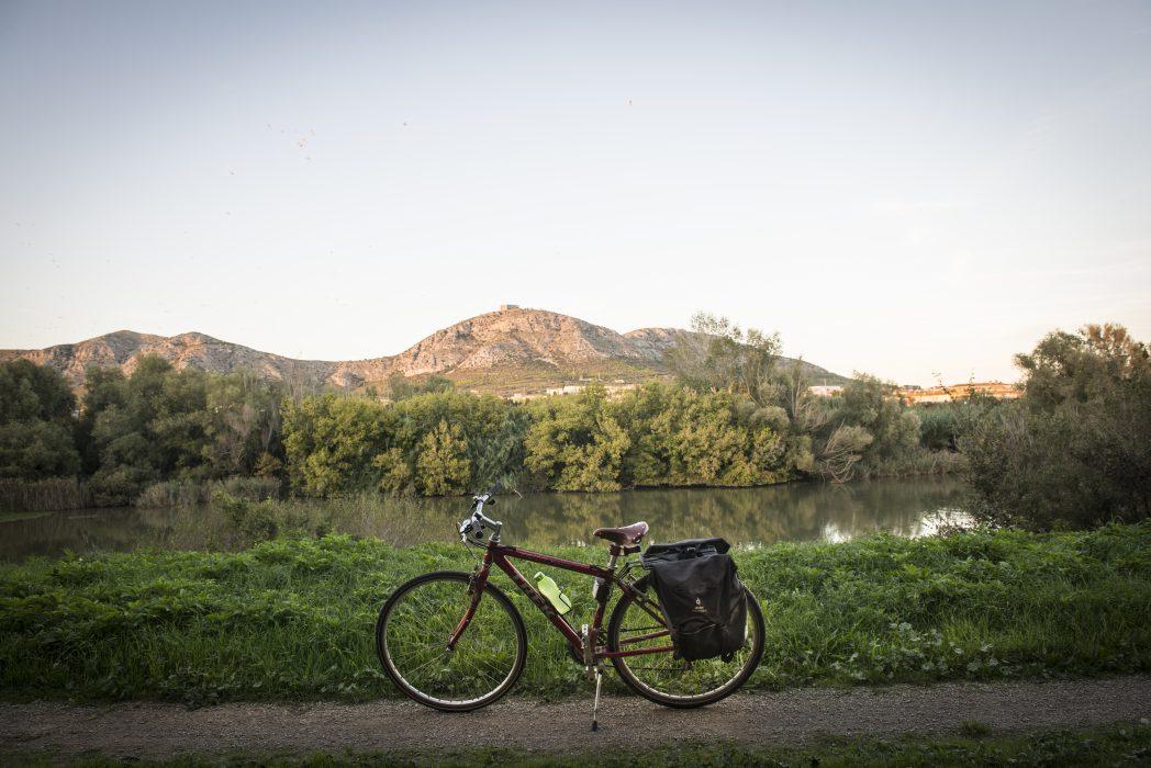 Bicicleta delante del Montgrí