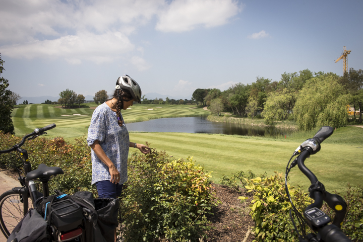 Fille autour du parcours de golf PGA