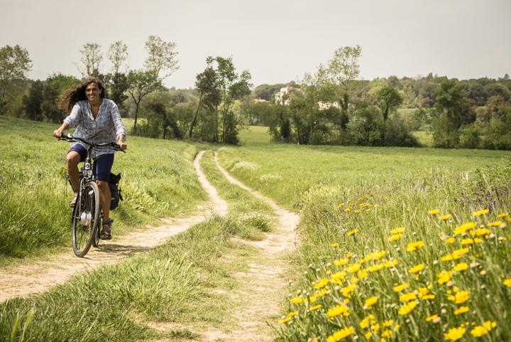 Fille à vélo sur la Route Thermique
