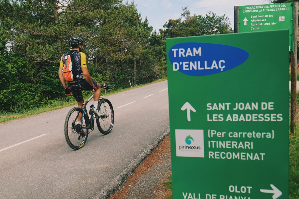 Ciclista por el tramo de enlace entre Sant Joan de les Abadesses y Olot
