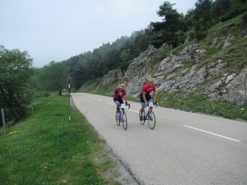 Ciclistas en el cuello de Ares, Francia Pirinexus