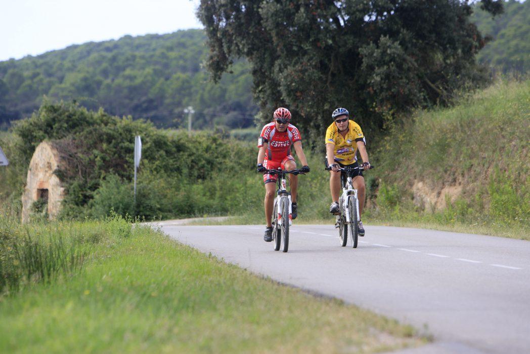 Ciclistas pedaleando por el Baix Empordà