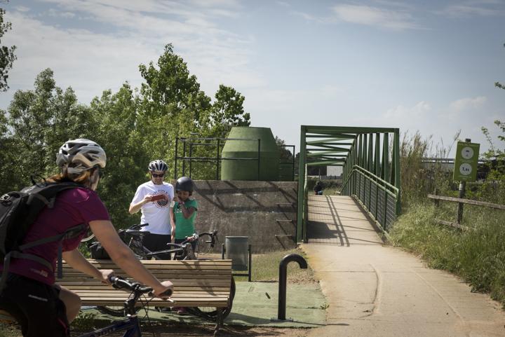 sortida família de ciclistes amb mòbil a Cassà de la selva