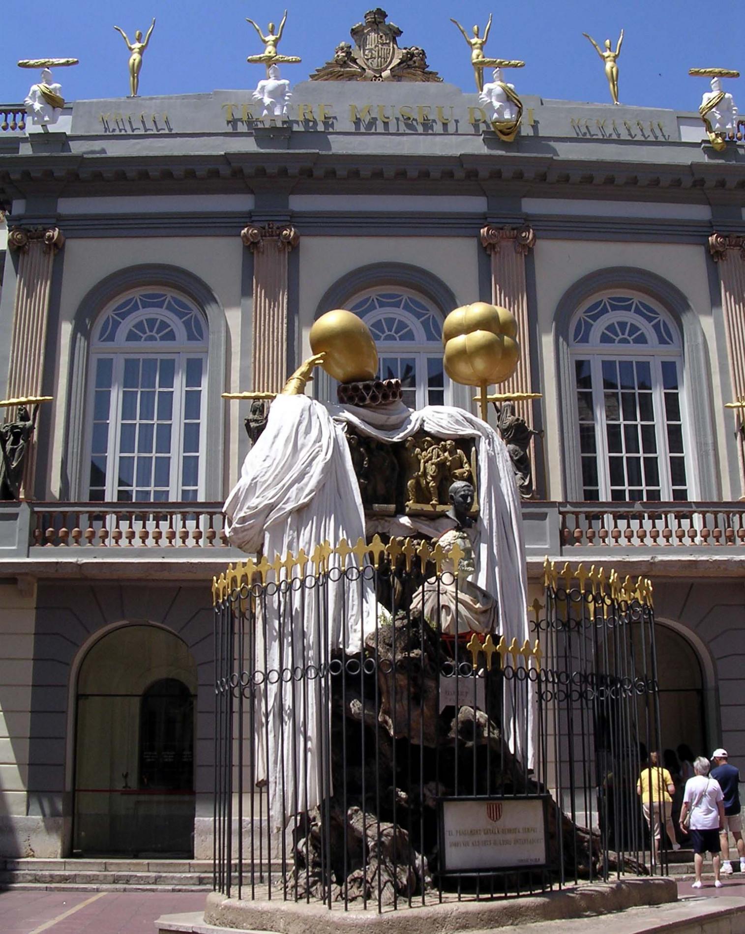 Monument a Francesc Pujols davant la façana del Museu