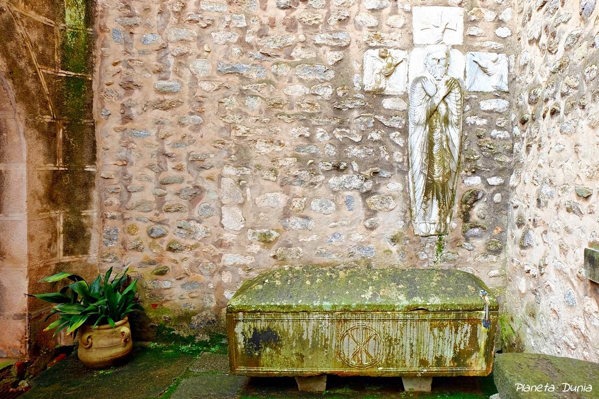 Imatge de la Santa Tomba i una escultura a la dreta