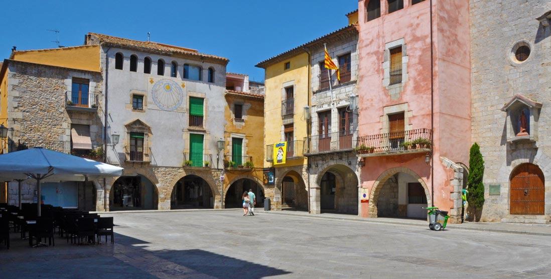 Plaza del centro de Torroella de Montgrí