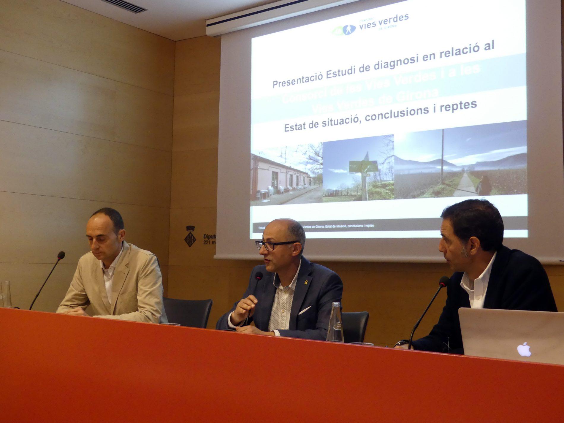 Imatge de la presentació de l'estudi on apareix el president del Consorci, i els dos consultors del projecte