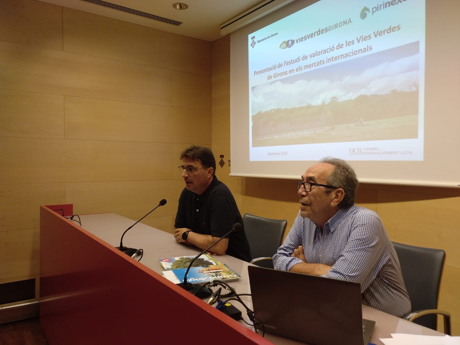 Imatge de la presentació de l'estudi on apareix el Gerent en funcions i el consultor que l'ha realitzat