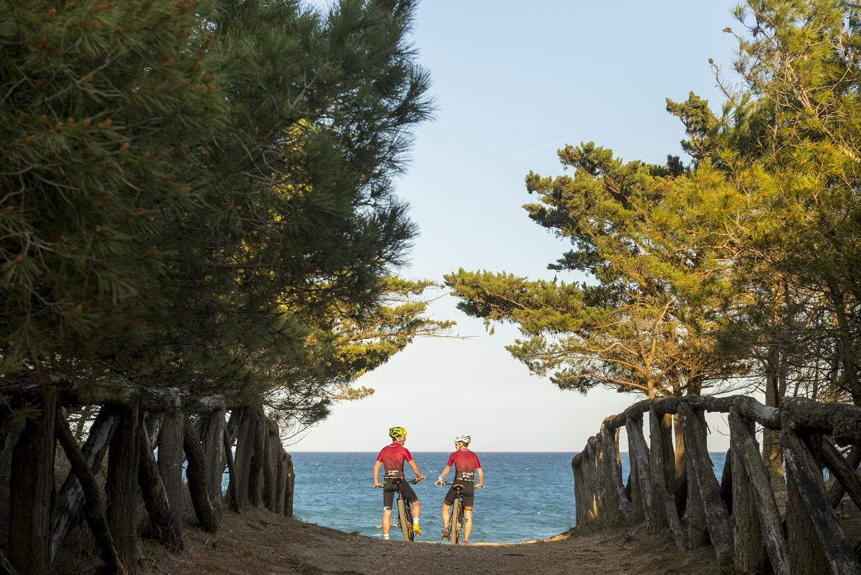 Dos ciclistas mirando al mar