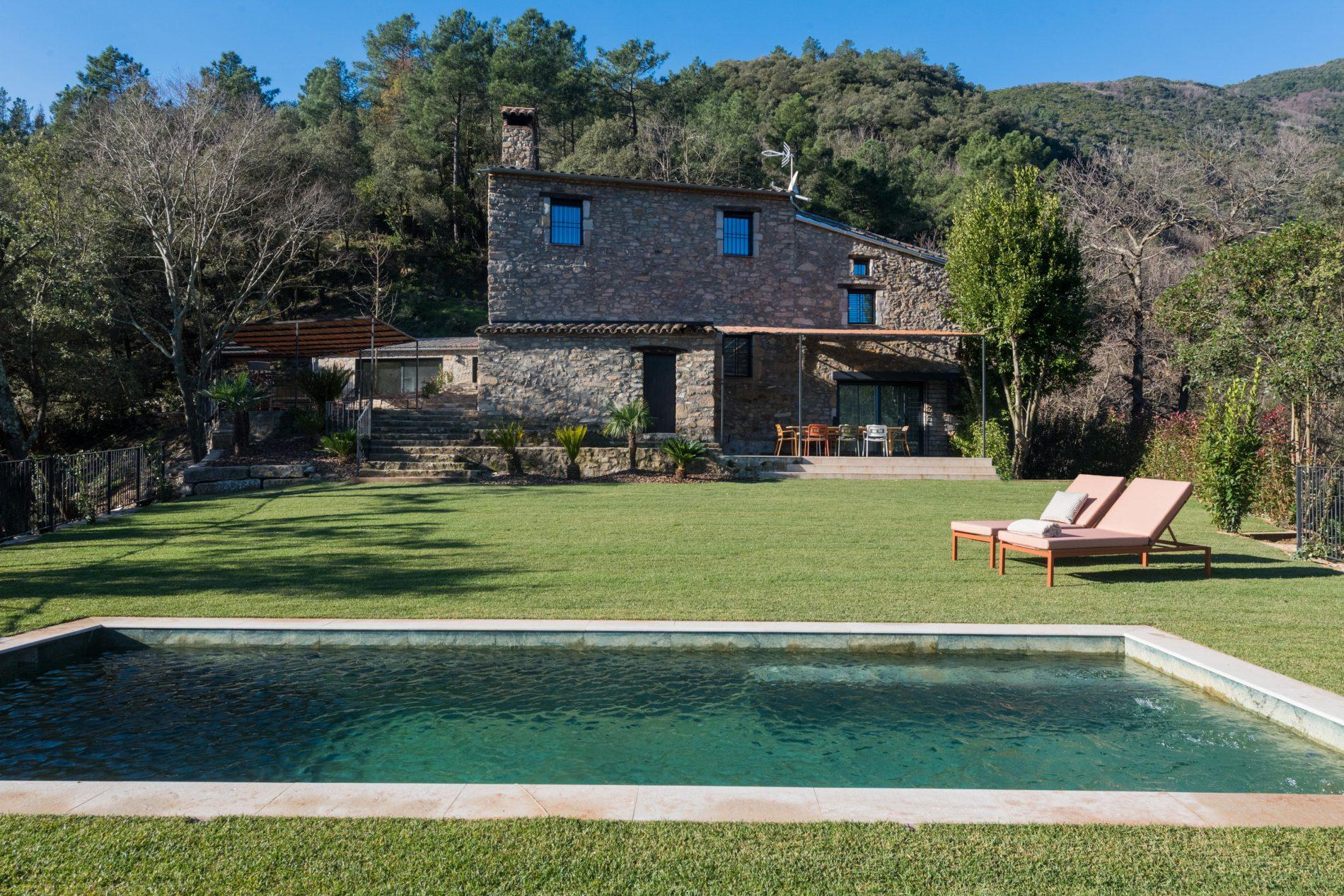 Exterior de l'establiment La Piconera, amb vistes de la piscina