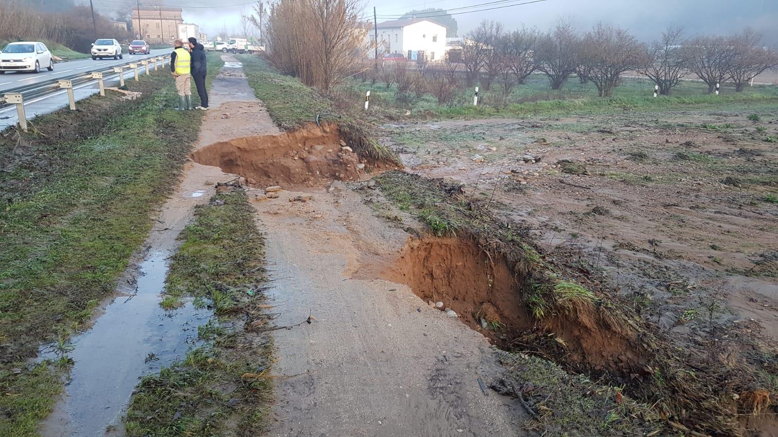Agujeros en la vía verda, en Vilanna - Bescanó, a causa del temporal Glòria