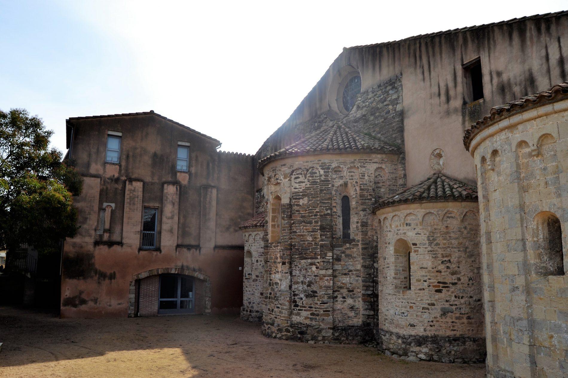 part del darrere del monestir d'Amer