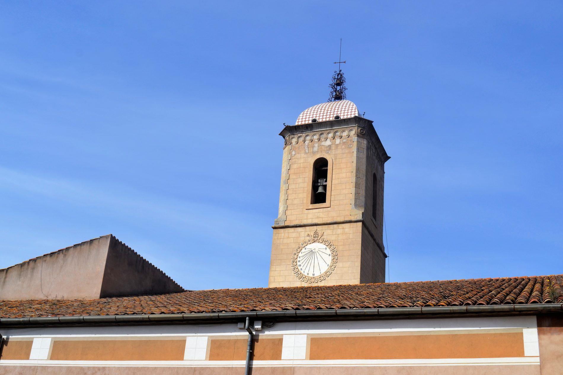 rellotge de sol a la plaça del monestir d'Amer