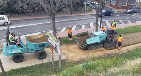 Máquinas trabajando en la reposición del firme en la vía verde