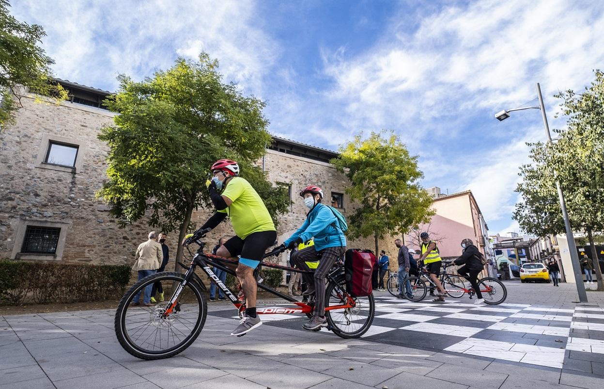 El Consorci de les Vies Verdes de Girona cede tres tándems a Mou-te en Bici para promover la accesibilidad de las rutas