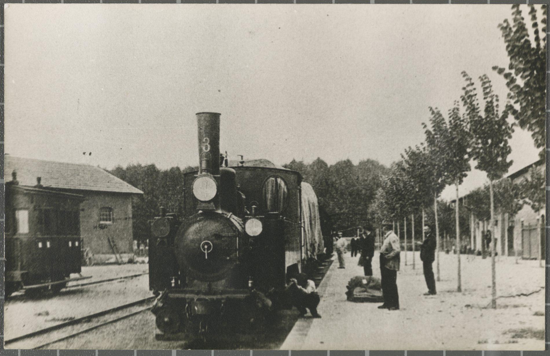 Locomotora a l'andana de l'estació de Girona