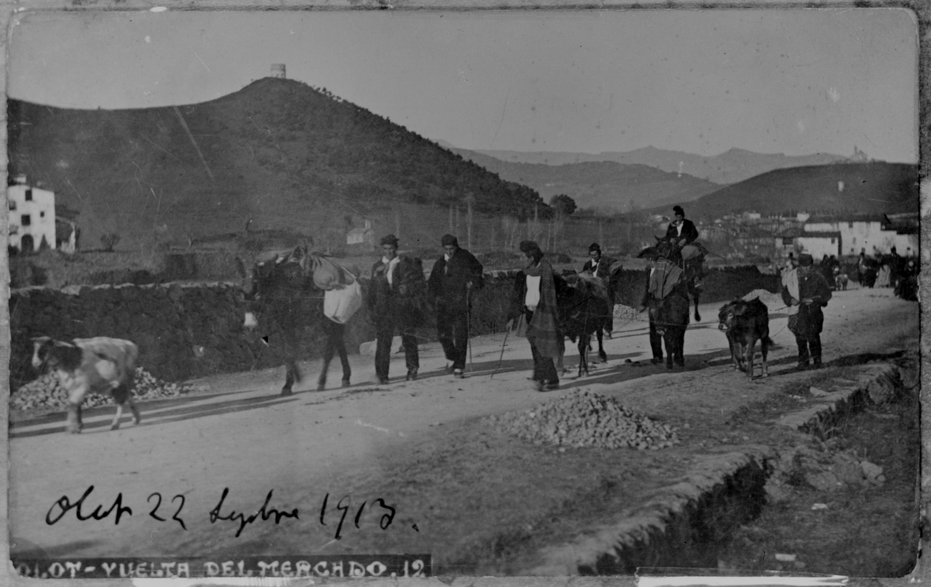 Grup de pagesos tornant del mercat d'Olot