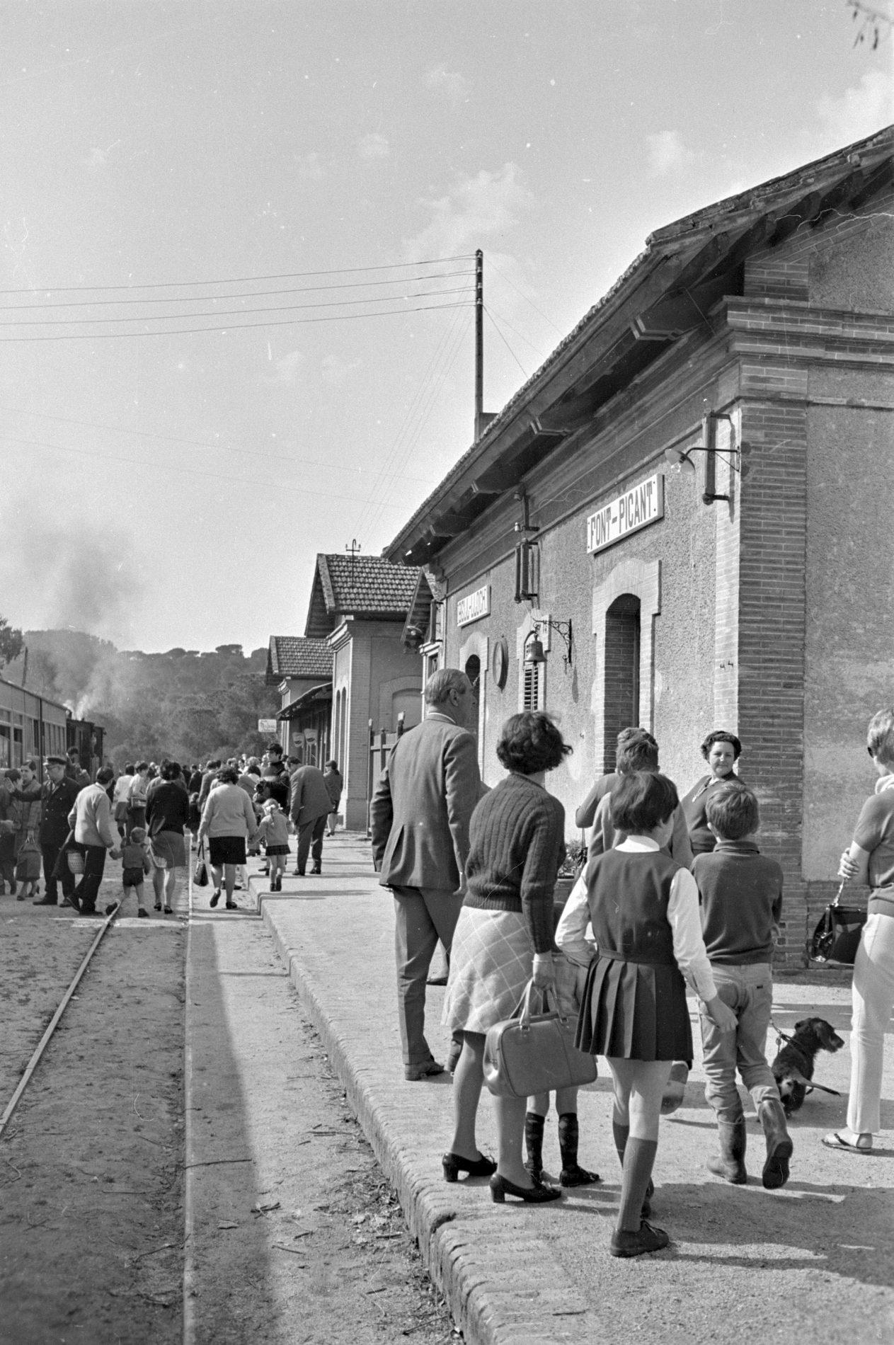 Viatgers al baixador de la Font Picant de Santa Cristina d'Aro, el dia del darrer viatge del tren de Sant Feliu (1969)