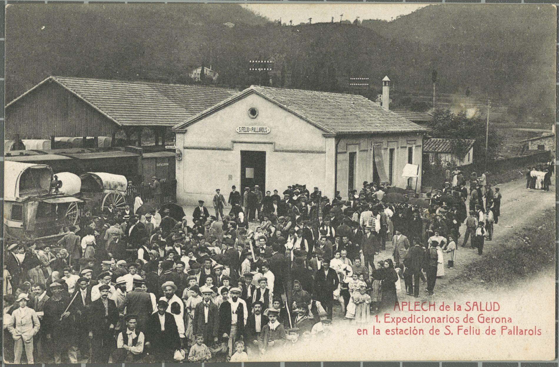 Trabajadores de la compañía de ferrocarril delante la estación de Sant Feliu de Pallerols