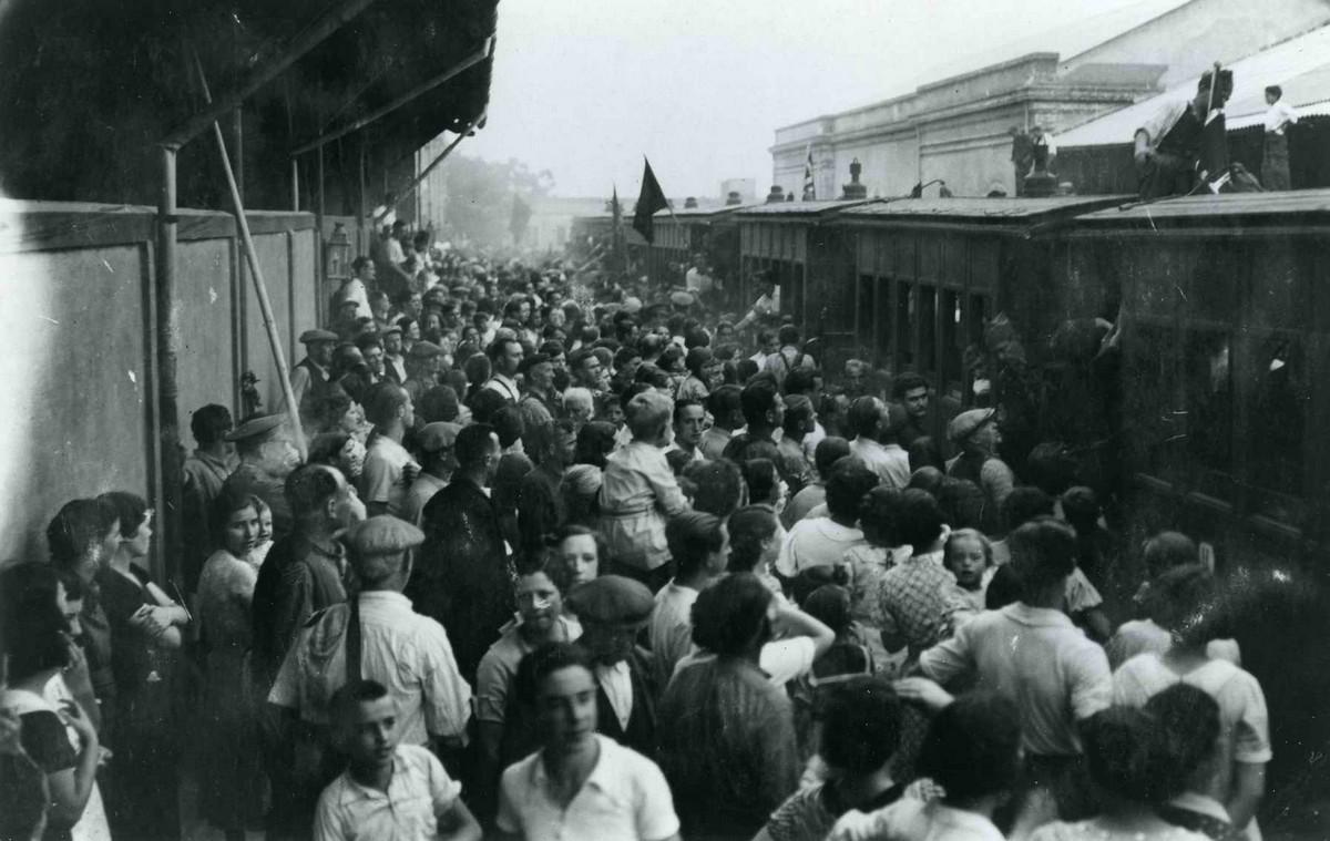 Acomiadament a l'estació de Sant Feliu de Guíxols dels milicians al front d'Aragó, després de la col·lectivatització de la companyia