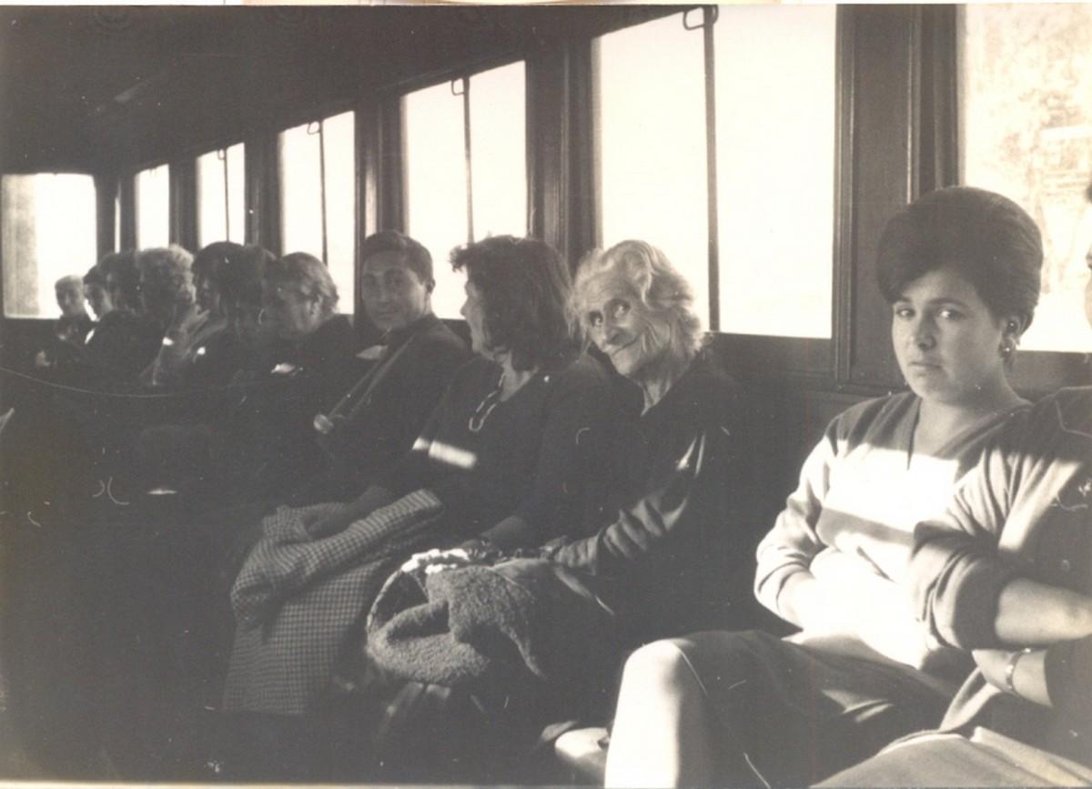 Dones a l'interior d'un cotxe del tren de Sant Feliu de Guíxols