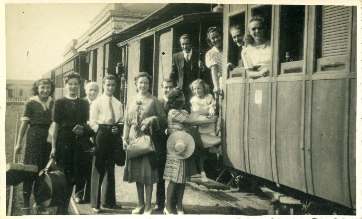 Passatgers pujant al tren